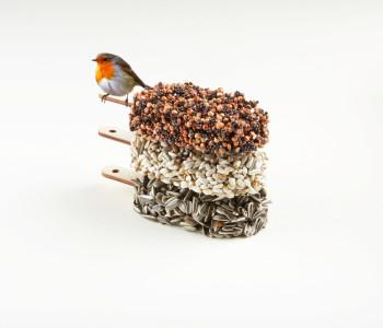 Pure verwennerij voor vogels dus! Desserts for Birds is verkrijgbaar in de smaken Classic Black, Double Delicious en Crunchy Crunchy.