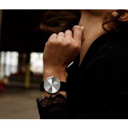 Staal op bruine band een horloge met allure gemaakt door Piet Hein Eek