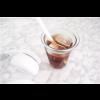 Superleuk zo'n glas in de vorm van een gedeukt plastic koffiebekertje